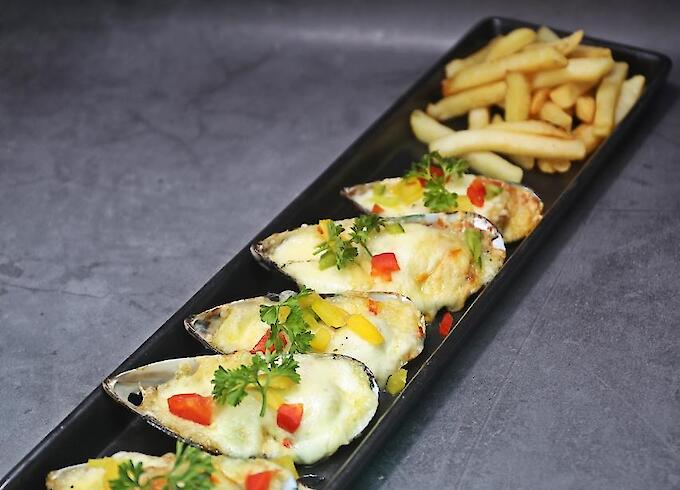 Baked Mussels with Cheese & French Fries