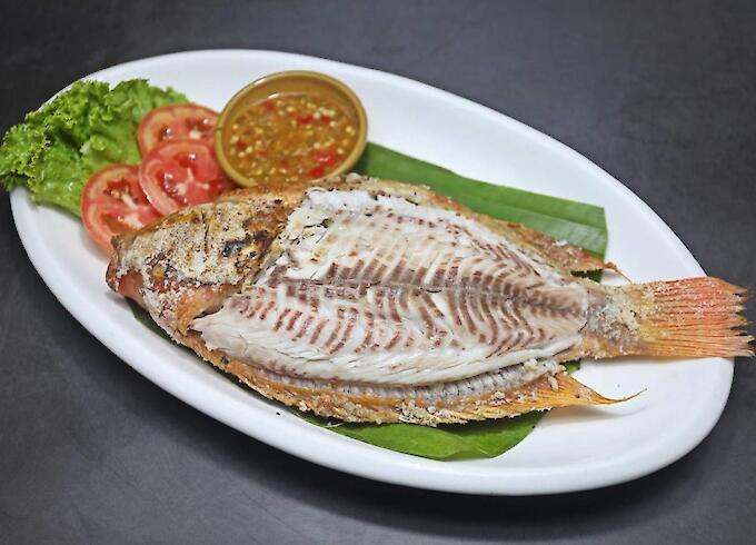 "Grilled fish with salt ""red fish"" and Salad"