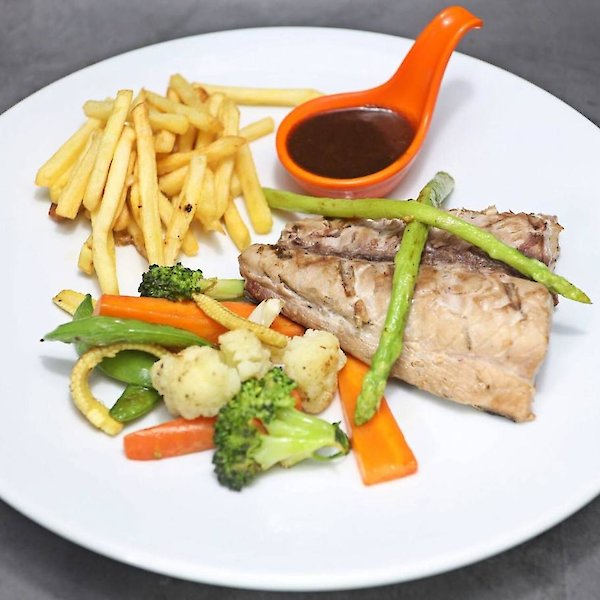 Grilled Tuna & French Fries & Grilled vegetables